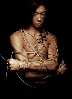 Homme avec fil d'acier