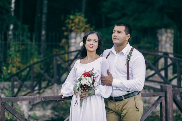 Homme et fille dans une robe de mariée blanche