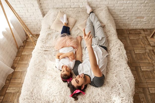 Un homme et une fille sont en mauvaise posture. vue d'en-haut.