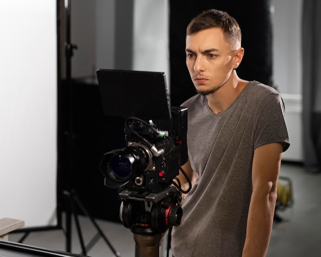 Homme filmant avec une caméra professionnelle pour un nouveau film