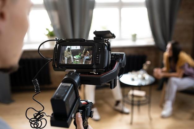Homme filmant avec une caméra professionnelle