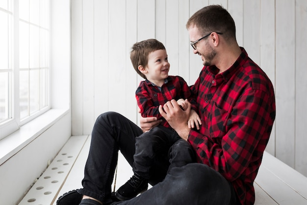 Homme avec un fils heureux le jour des pères