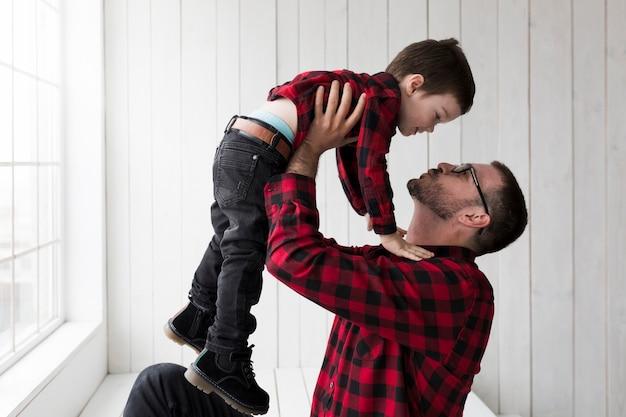 Homme avec fils le jour des pères