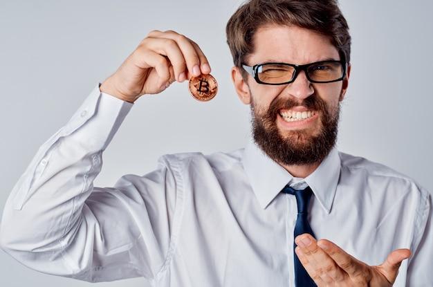 Homme financier crypto-monnaie investissement bitcoin argent électronique