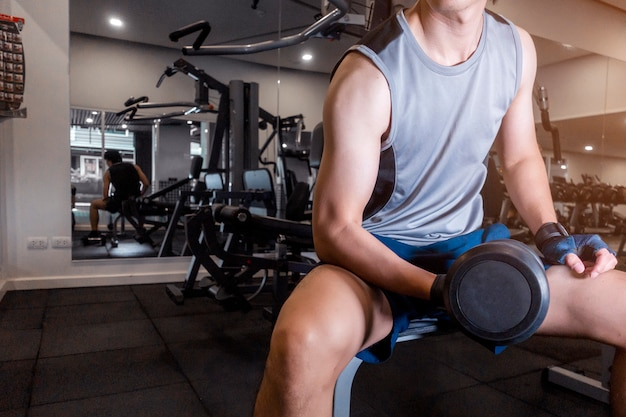 Homme de fitness est une séance d'entraînement dans le gymnase