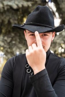 Homme fixant son chapeau tendance
