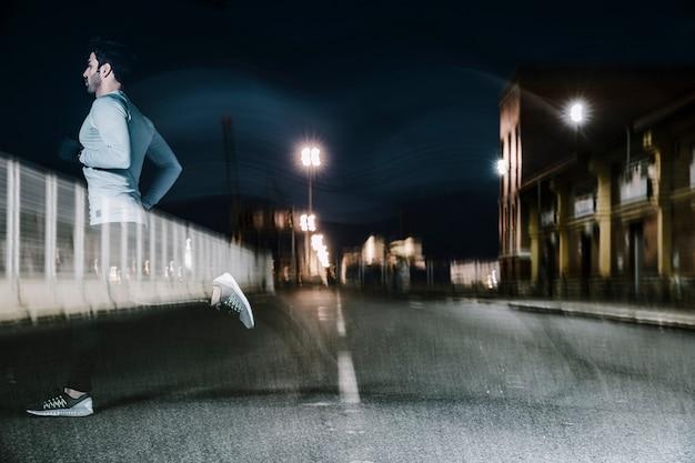 Homme flou au crépuscule en cours d'exécution sur la route