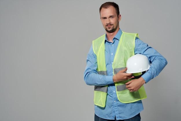 Homme en fond clair de constructeur de plans de casque blanc