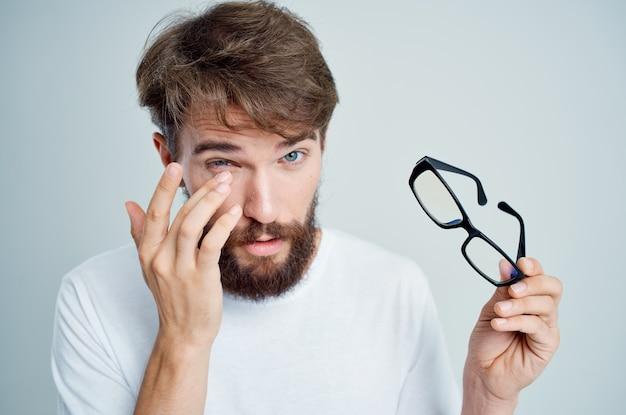 Homme avec un fond clair de problèmes de santé de la vue