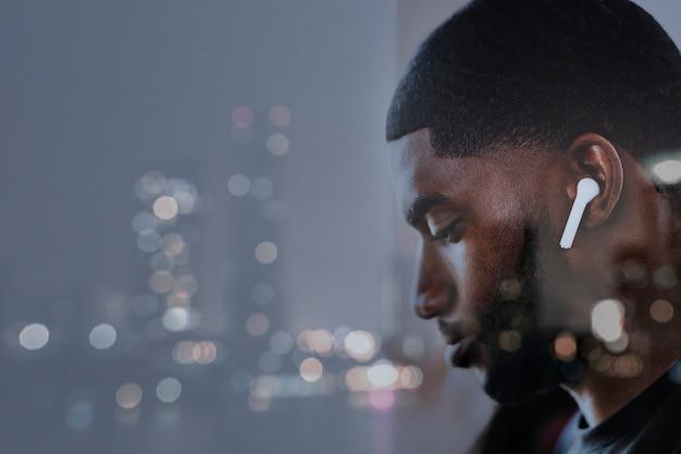 Homme de fond de réseau mondial 5g regardant un service de streaming de films remix numérique