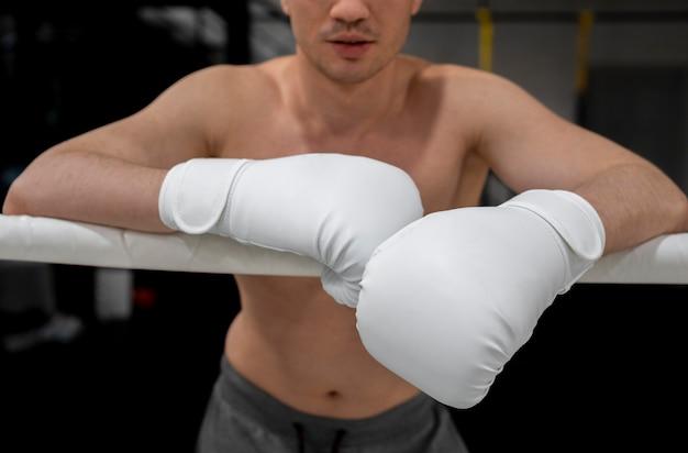 Homme avec formation de gants de boxe