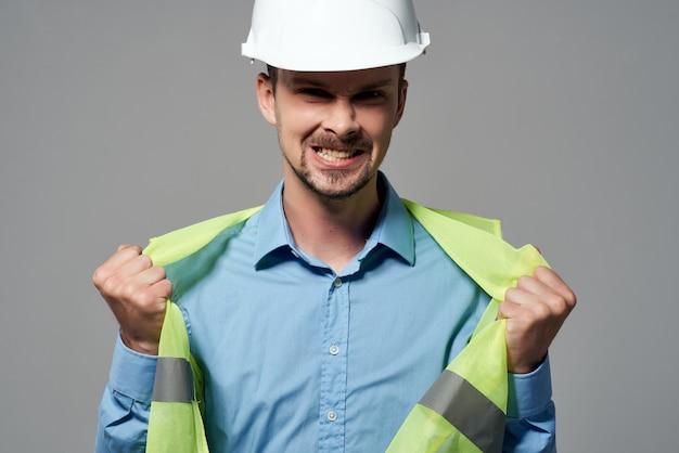 L'homme en forme de travail des travaux de construction fond isolé