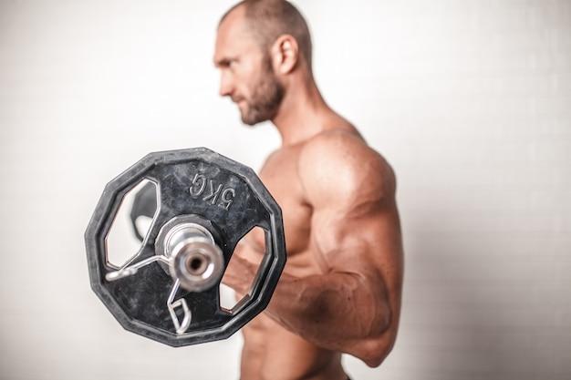 Homme fort avec barre de poids