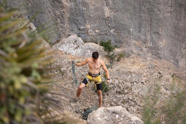 Homme fort s'apprêtant à grimper