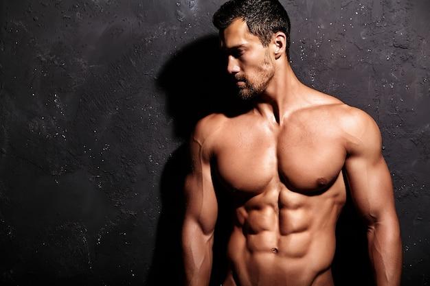 Homme fort sans t-shirt