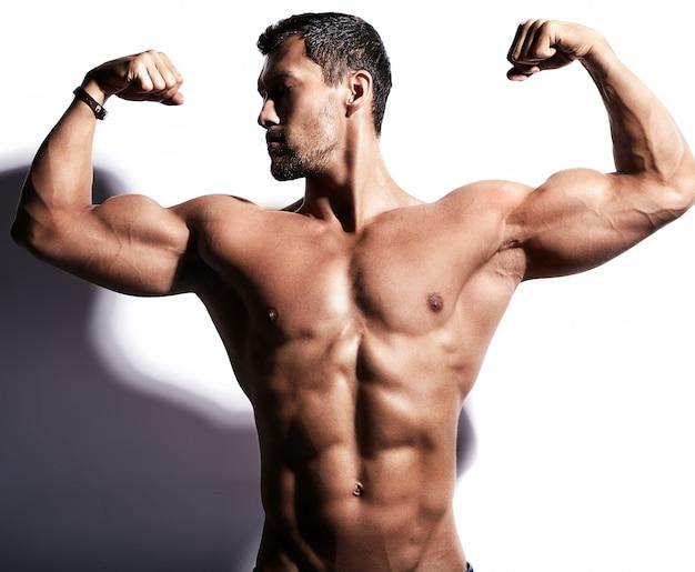 Homme fort avec ses bras levés