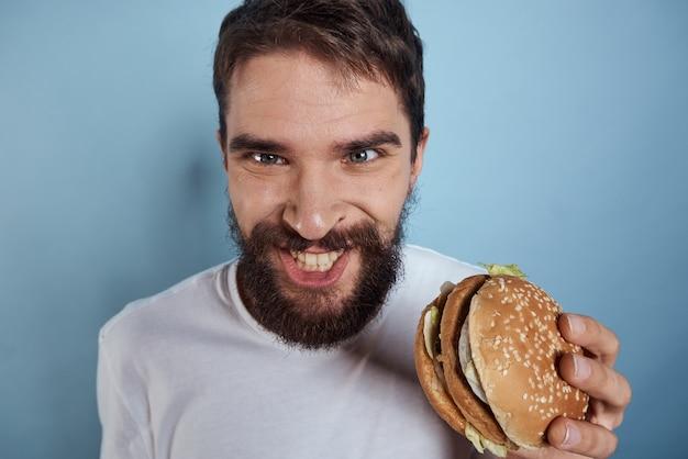 Homme fou, manger un hamburger