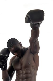 Homme frappant la boxe