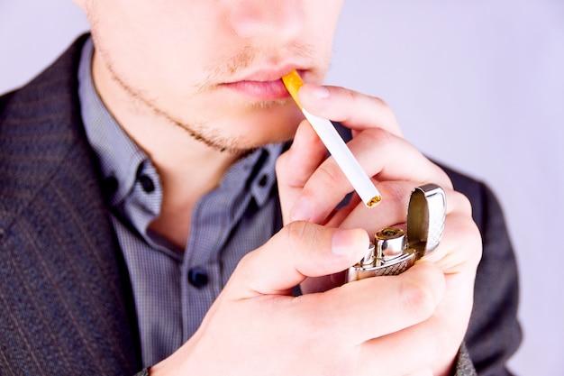 Homme fumant une cigarette