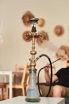 Homme fumant le narguilé
