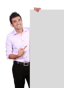 Homme furtivement derrière une bannière blanche vide