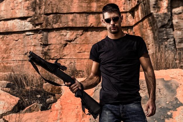 Homme avec un fusil de chasse