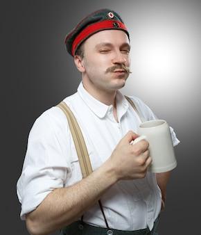 Homme gai avec une bière.