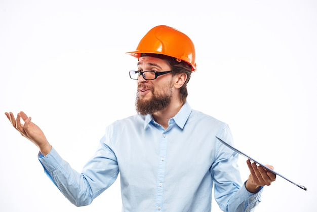 Homme gai en construction de casque dur orange documents professionnels de service.