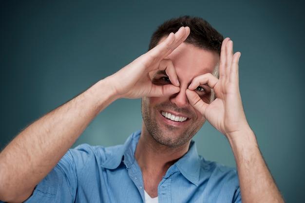 Homme gai faisant le geste de la main