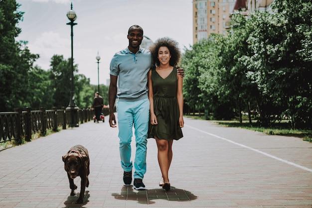 Homme gai et fille souriante ensemble à l'extérieur