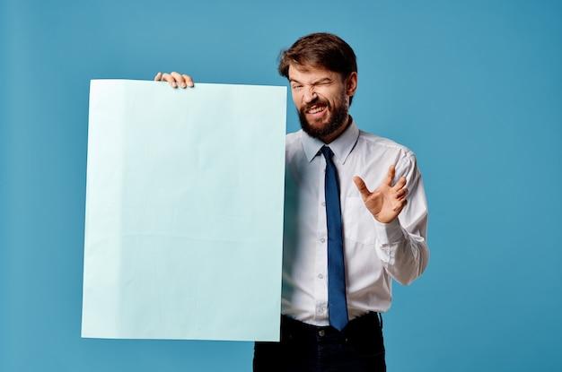 Homme gai avec la maquette bleue de signe d'affiche en gros plan de fond