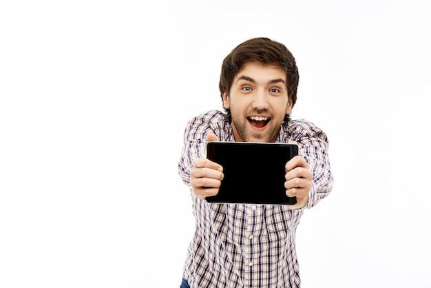 Homme gai montrant l'écran de la tablette excité