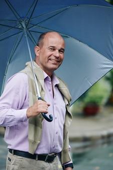 Homme gai avec parapluie