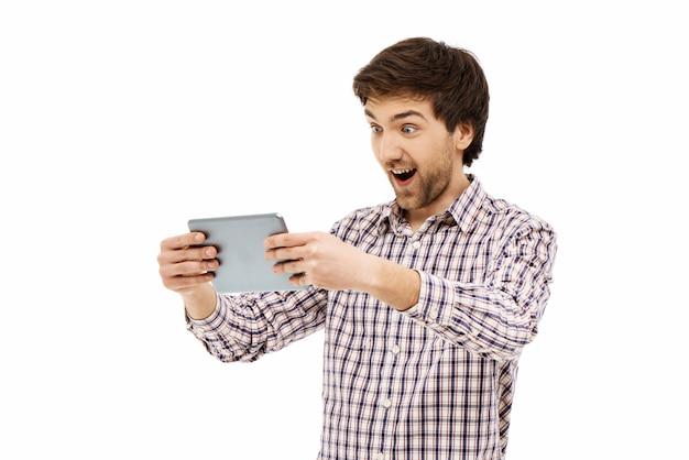 Homme gai, regarder un film sur tablette numérique