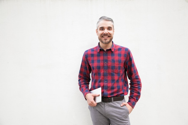 Homme gai avec tablette numérique à la recherche