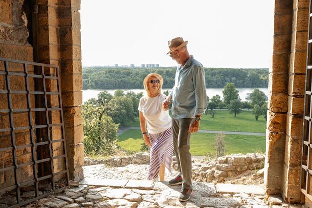 Homme galant aidant sa femme à grimper