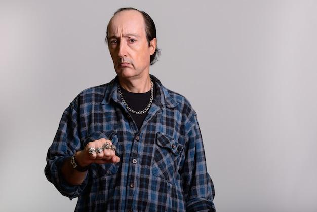 Homme gangster mature montrant ses anneaux