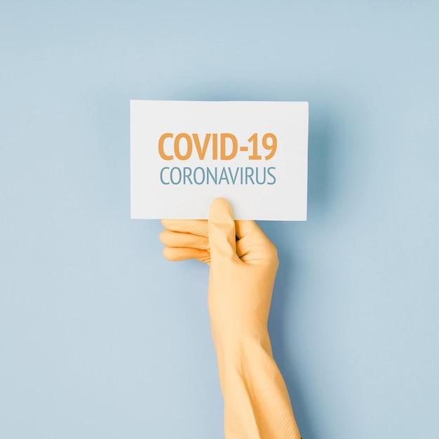 L'homme en gants de protection tient une affiche d'avertissement. l'épidémie de coronavirus covind-19 2019-ncov. quarantaine, rester à la maison, travailler à domicile.