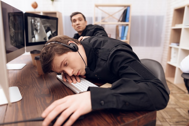 Un homme de garde dort sur le lieu de travail.