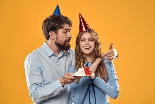 Homme, à, gâteau, et, femme, dans, a, chapeau disco, anniversaire, fête