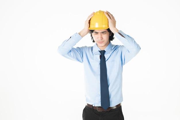 Homme de génie portant un casque jaune sur blanc