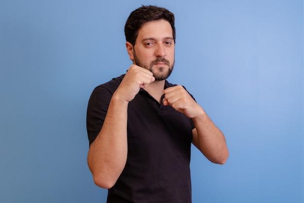 Homme avec geste de combat sur bleu