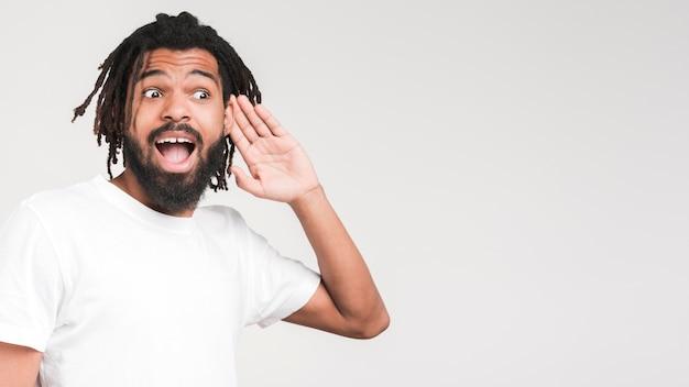 Homme gesticulant ne peut pas entendre signe