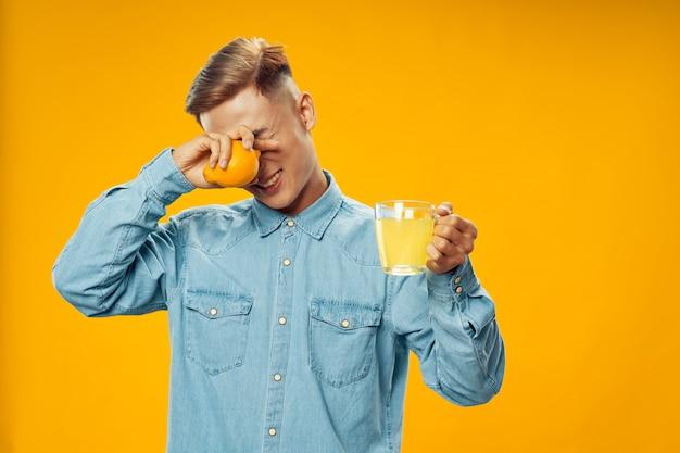 Homme, gicler, citron, dans, elle, oeil, quoique, préparer, limonade