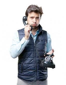 Homme avec gilet parlant au téléphone