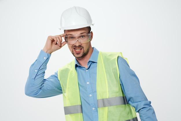Homme gilet réfléchissant blueprints builder fond isolé