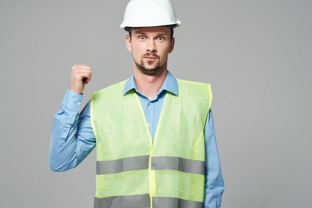 Homme gilet réfléchissant travail professionnel fond clair