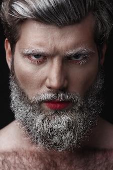Homme glamour aux lèvres rouges et à la langue