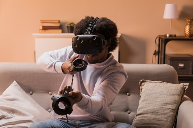Homme grand angle avec casque virtuel