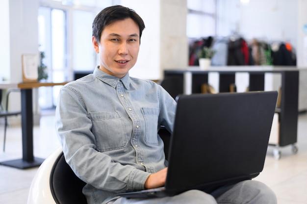 Homme grand angle avec ordinateur portable